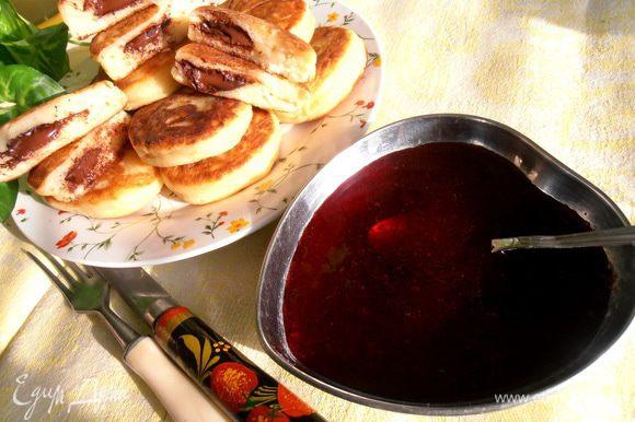 Очень уместно подать к такому завтраку - десерту кисленький смородиновый джем! Угощайтесь, друзья!!!