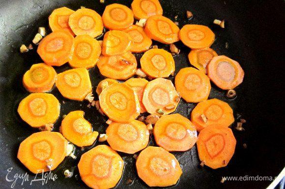 Разогреть в глубокой сковороде 1 ст. л. оливкового масла, обжарить 1 мин. чеснок. Добавить морковь и готовить, периодически помешивая, 5 мин.