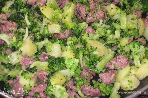 Добавить брокколи, картофель и готовить несколько минут для объединения ароматов. Посолить.