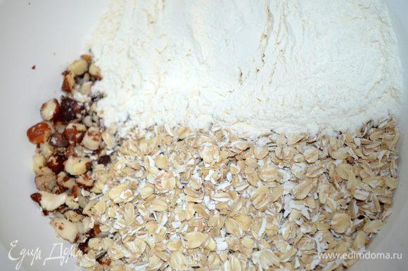 орехи смешиваем с геркулесом и мукой