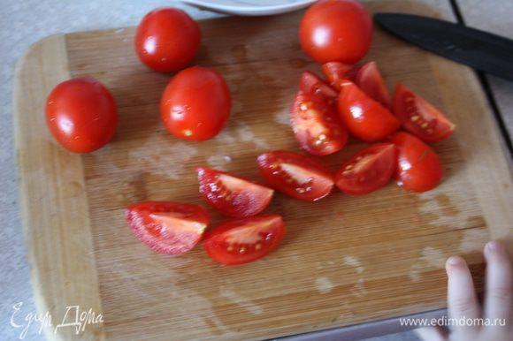 Режем пополам помидорки черри.
