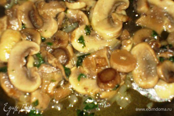 Добавить грибы, посолить , поперчить и тушить под крышкой 10 -15 минут.