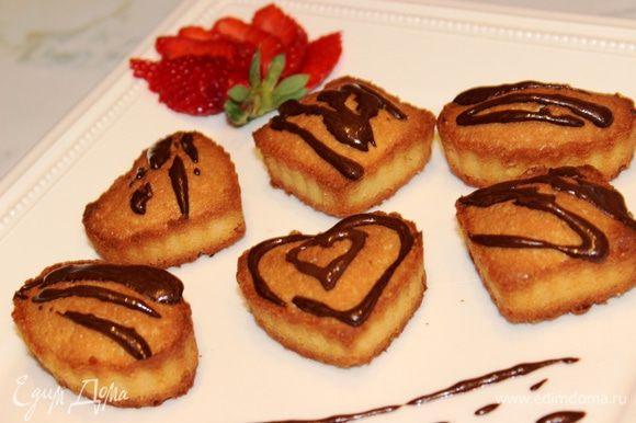 Обмакнуть готовое печенье макушками в шоколад или просто нанести шоколадный узор. Медовое печенье готово! Приятного аппетита!