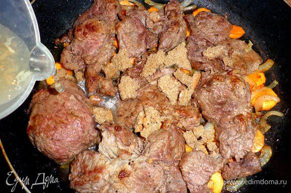 На овощи выложить обжаренное мясо, сверху раскрошить ржаной хлеб и залить бульоном. Накрыть крышкой и тушить на среднем огне 30 -40 мин.