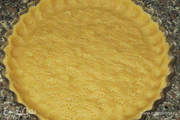 Раскатать тесто, поместить в форму (24 см) и наколоть вилкой. Выпекать в разогретой до 180°С духовке 18-20 минут.