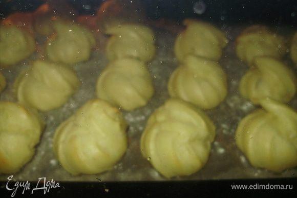 Поставить в разогретую духовку до 180-200 гр на 30 мин В процессе выпечки не открывать.