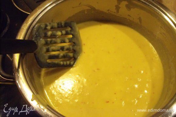 Соус. Растопить масло и подрумянить муку. Влить молоко. Подержать на огне до закипания ... добавить бульон.... увеличить температуру.... уварить немного... приправить шафраном. Приправить перцем и солью по вкусу.... сбрызнуть лимонным соком, добавить маслины и петрушку.
