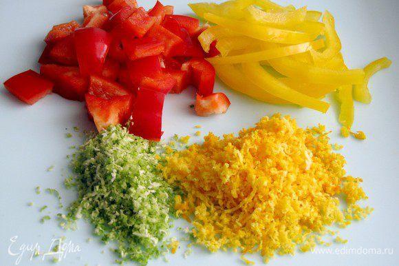Нарежьте красный сладкий перец квадратиками, а желтый (зеленый) полосками Нарежьте кинзу (по желанию). Натрите цедру апельсина, сам апельсин отложите натрите цедру лайма, выдавите из него сок.