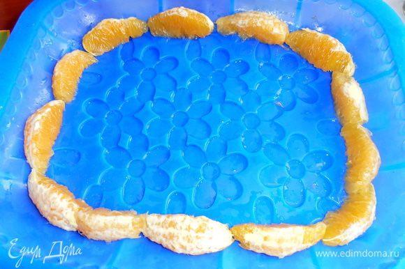 Силиконовую форму сполоснуть водой. Можно выложить апельсинками без плёночек, как у меня!