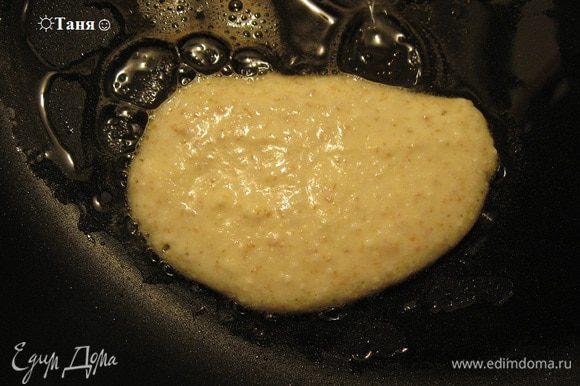 А чтобы получились сердечки, наливаем тесто ложкой, делаем такой лепесточек с одной стороны, это будет одна сторона сердечка и добавляем ещё ст.ложку, другой лепесточек с другой стороны в форме сердечка, тесто наливаем внахлёст, начиная с острого конца сердечка и оставляем сверху промежуток как у сердечка :), когда тесто густое как сметана делать это очень легко, я делала первый раз и у меня получилось, идея как делать сердечки c американского блога :). Обьяснения мои :)
