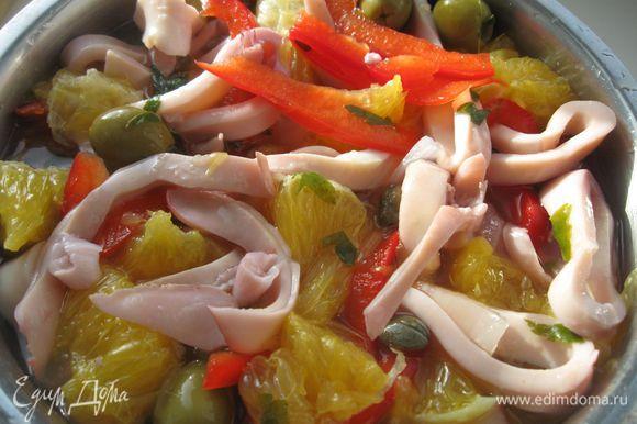 В маринад положить оливки, каперсы и апельсин. Поставить мариноваться в холодильник на 2- 3 часа. За полчаса до окончания маринования добавить перец.