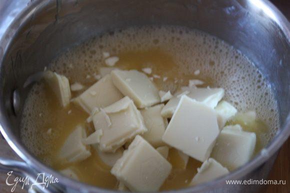 добавляем сухое молоко и диоксид титана (я использовала разведенный в воде кандурин,совсем немного),потом белый шоколад.