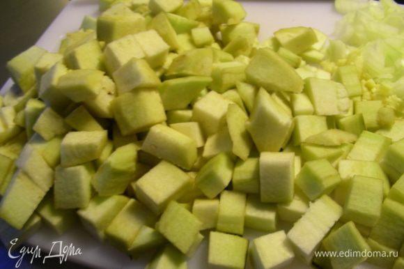 Баклажаны режем кубиками 3-5 см (я их очистила от кожуры).