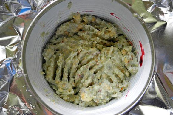 Сверху слой сырной массы из рокфора.