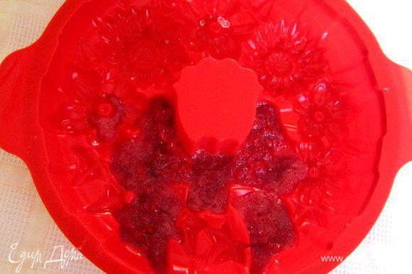 Форму для десерта заполнить ягодной массой (в моей форме - это выемка в виде банта) и поставить на холод для застывания.