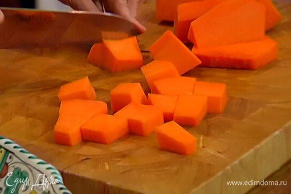 Половинку морковки и 1 стебель сельдерея порезать крупными кусками.