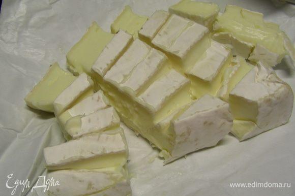 Добавляем сыр, порезанный кубиками и готовим еще 3-4 минуты.