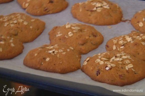 Выпекать печенье в разогретой духовке 15 минут.