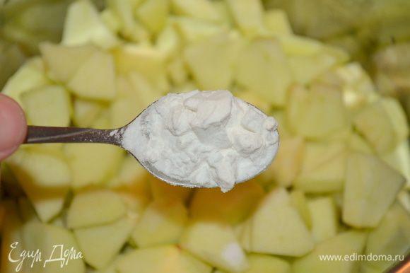 Положить яблоки в кастрюльку, добавить крахмал, корицу, цедру, сахар, 1 ст. ложку воды.