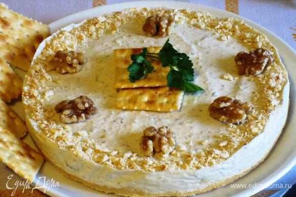 Украсить измельчённым крекером и грецкими орехами. Приятного аппетита:)