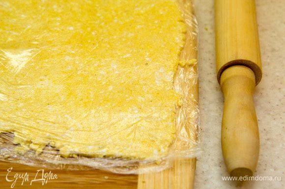 Смешать в миске творог с сахаром, солью и размягченным сливочным маслом. Добавить кукурузную муку и заместить эластичное тесто. Убрать в холодильник на 15 минут. Раскатать между 2 слоями пищевой пленки. Убрать в холодильник на 15 минут.