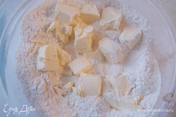 В муку добавить сахарную пудру,соль,ваниль и добавить кубики сливочного масла. Все раскрошить руками в однородную крошку.