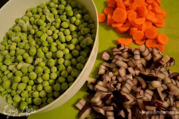 Подготовить овощи. Лук и морковку почистить и нарезать небольшими кубиками одинакового размера. У меня замороженный зеленый горошек. Если используете свежий горошек, очистить его от стручков. (в данном случае, я использовала красную луковицу... принципиального значения не имеет, но обычно я использую обыкновенный (желтый) лук! Просто вчера он у меня неожиданно закончился)))