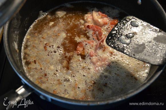 Бекон выложим на горячую сковороду и обжарим 2-3 мин.Затем добавим лук и жарим вместе 7 мин. Добавим муку и обжариваем 1 мин., затем пиво.Как пиво начнет выпариваться добавить бульон,если жидкости мало.Посолить и поперчить.