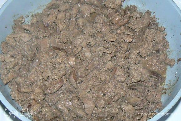 Куриную печень мелко порезать. Обжарить на растительном масле 2-3 минуты.