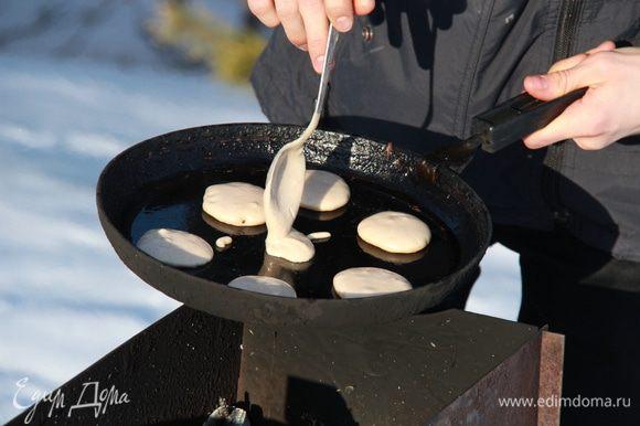 Далее надлежит смазать сковороду маслом и выкладывать тесто по одной-две чайных ложки на приличном расстоянии друг от друга. (В моём случае это готовилось на открытом огне и я пользовалась ложкой побольше - десертной, так как всё очень быстро горит).