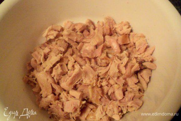 Мясо снять с кости, порезать небольшими кусочками.