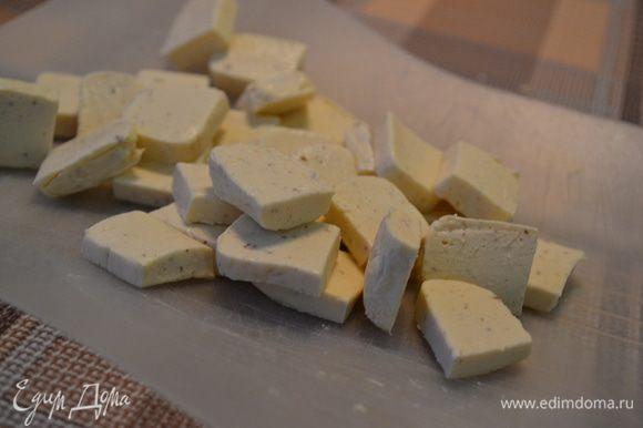 Мелкими кубиками нарезать сыр.
