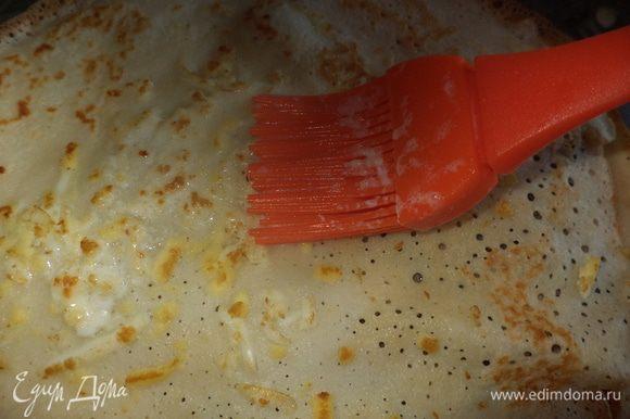 """Теперь """"кляр"""": растопить масло ,добавить молоко или сливки и прогреть,этой смесью промазываем кисточкой блинчики"""