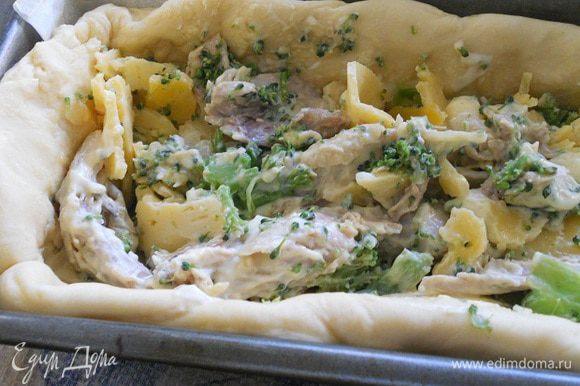 Курицу нарезать кусочками, перемешать со сметаной и горчицей, посолить и поперчить по вкусу, добавить порезанную на кусочки брокколи и сыр, перемешать. Тесто разделить на две части - одна из них должна быть чуть больше. Большую часть разминаем руками и выкладываем дно и бока формы, выкладываем начинку. Разминаем второй кусочек и накрываем им сверху, края залепливаем.