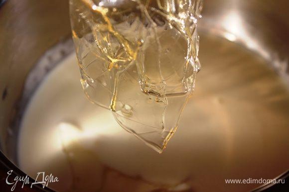 Сливки влить в сотейник, нагреть и растворить в них отжатый от воды желатин...сильно не нагревать