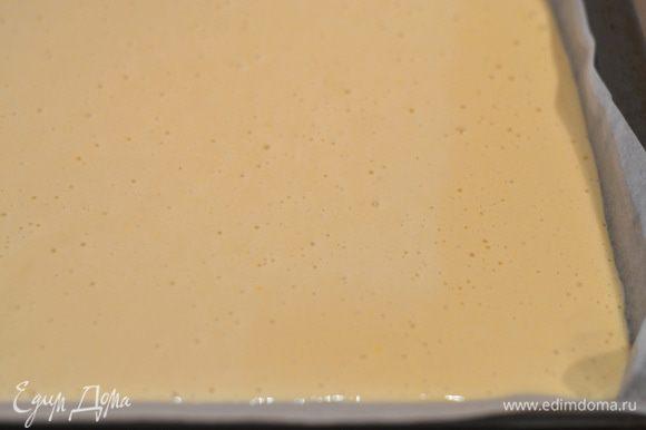 Вылить тесто на противень.застеленный пергаментом и выпекать в предварительно разогретой духовке минут 20-25. Тесто практически сразу начнет темнеть,не пугайтесь,так и должно быть,можно чуть убавить до 190 градусов температуру, главное, чтобы бисквит выпекся,проверять деревянной шпажкой, шпажка остается сухой, то готово.
