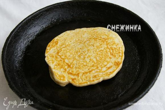 Сковороду хорошо разогреваем, слегка смазываем маслом перед каждым блинчиком. Печём блинчики небольшого размера с двух сторон.