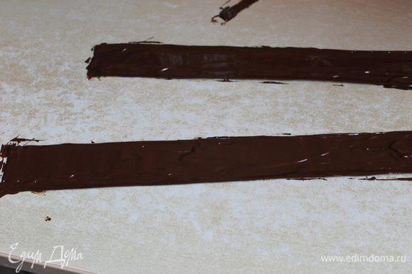 решила украсить борта шоколентой..делала такую первый раз..измерила борта, нарезала 2 штуки, намазала растопленым шоколадом ..