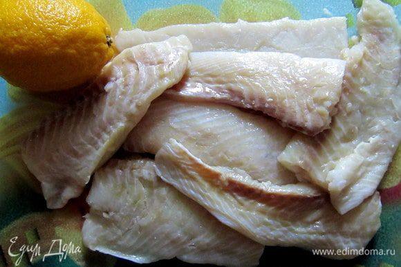 Филе камбалы сбрызнуть лимонным соком, посолить.