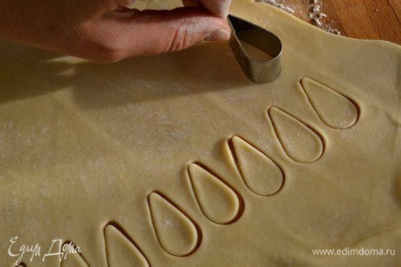 """Собрать обрезки теста, раскатать в тонкий пласт. С помощью формочки (у меня в виде лепестка, листика) вырезать много """"листиков""""."""