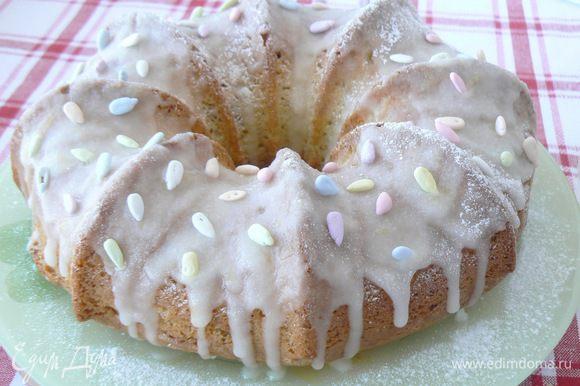 Для глазури смешать сахарную пудру с лимонным соком,нанести на остывший кекс.