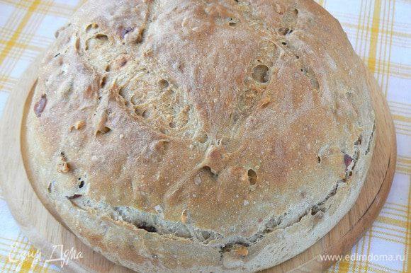 Выпекайте хлеб с паром 10 минут. Затем выпустите пар из духовки и пеките хлеб до готовность ещё 30 минут. Готовый хлеб остудить на решётке.