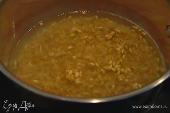 Зерна спельты высыпать в небольшую кастрюлю, залить кипятком и отварить.