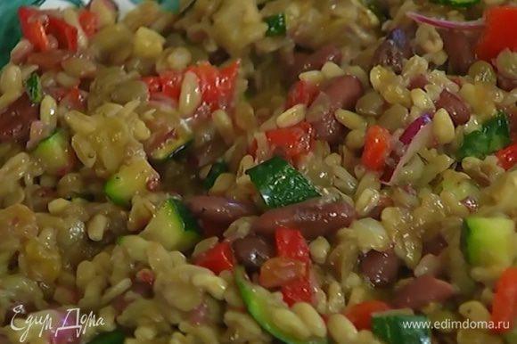 Полить салат оставшимся оливковым маслом и 1 ст. ложкой уксуса, в котором мариновался лук, посолить, поперчить и еще раз перемешать.