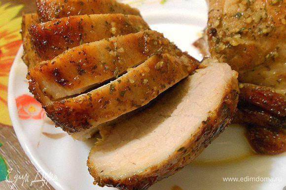 Запекать свинину при температуре 240 градусов до готовности - от 20 минут до 35 минут - по вашему вкусу прожарки. Вкусная запеченная свинина в ликере готова.