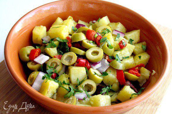 Добавьте оливки и перец, хорошо перемешайте. Перед подачей на стол посыпьте большим количеством рубленой петрушки и еще раз перемешайте. Приятного аппетита!