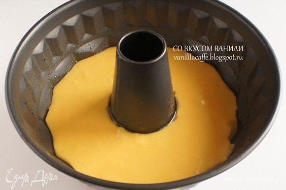 Форму для кекса слегка смазать растительным маслом, выложить тесто.