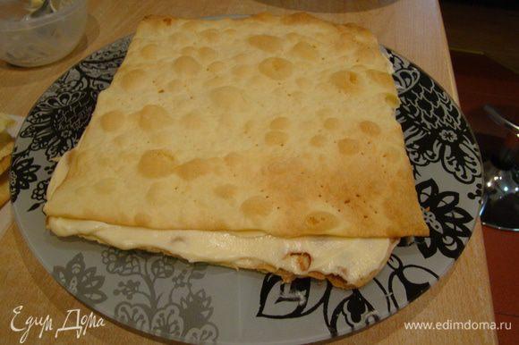 Собираем торт как обычно - обильно смазывая кремом (около 220 гр крема на каждый корж)