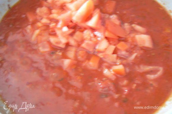 Приготовить соус.: Лук и чеснок мелко нарезать. Разогреть растительное масло. Обжарить до румяности лук и чеснок, добавить консервированные пюрированные томаты.Затем свежий помидор порезать кусочками, добавить к соусу. Довести до кипения и тушить на минимальном огне 5-10 минут. За пару минут до готовности посолить, поперчить по вкусу, добавить базилик.