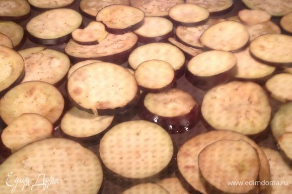 Перекладываем баклажаны на противень и обжариваем их в духовке